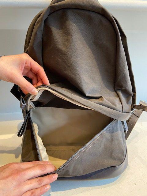 下のポケットには小物を収納可能